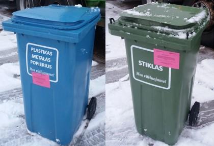 Raudoni įspėjamieji informaciniai lipdukai dėl netinkamai išrūšiuotų atliekų
